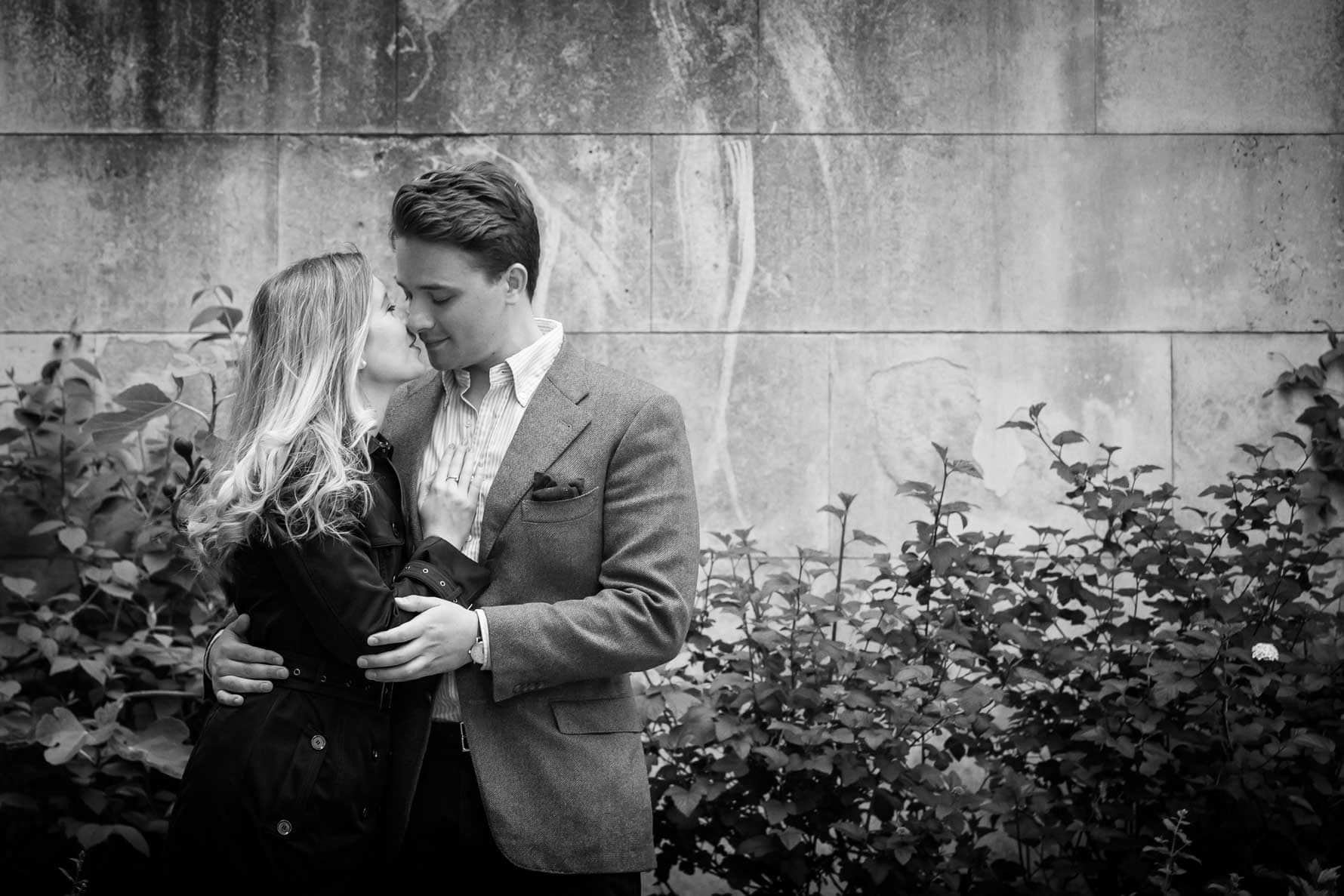 Kissing in St Dunstan-in-the-East