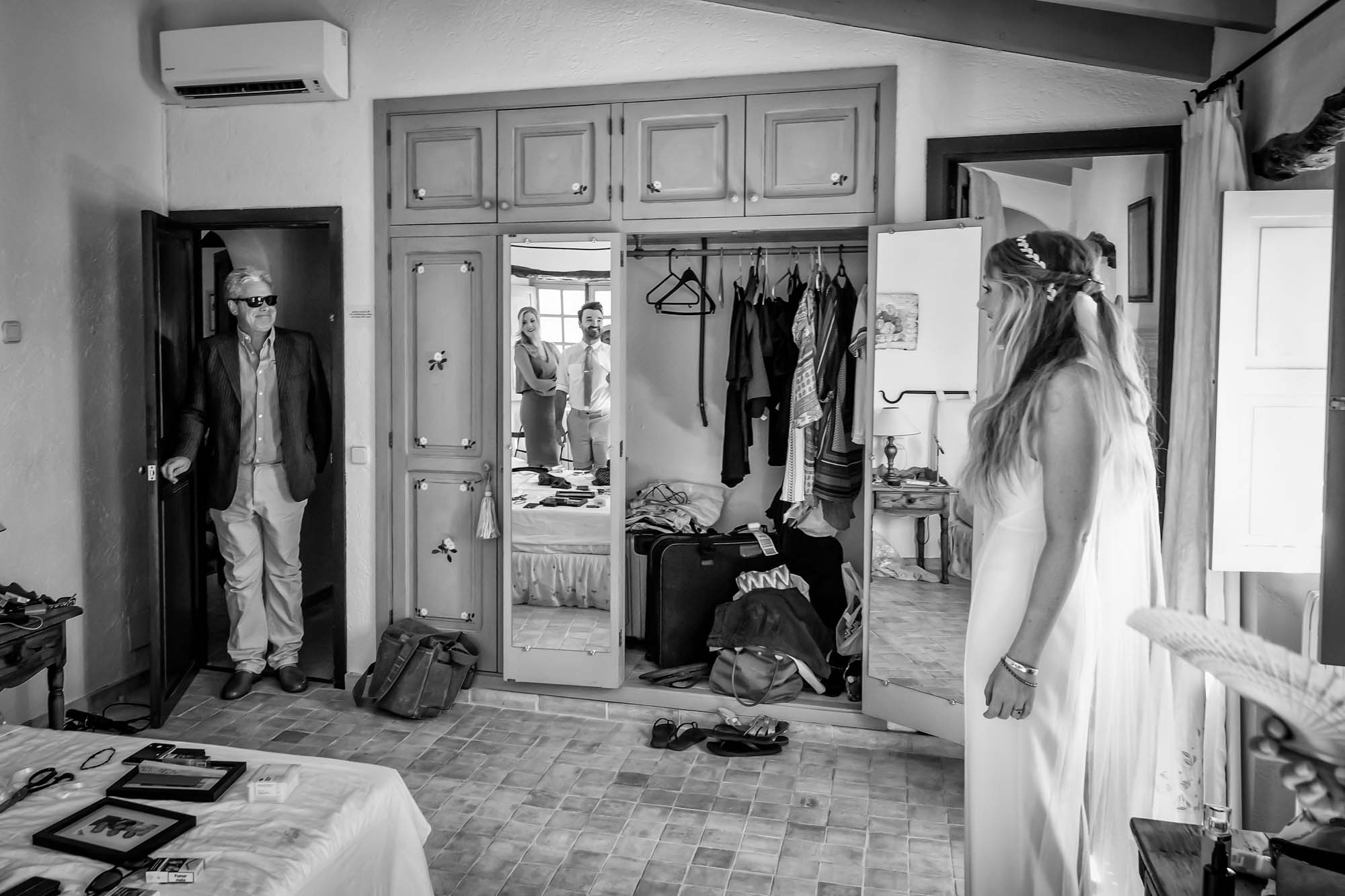 Dad enters the bridal suite and is moved as he sees his daughter for the first time before the Mallorca finca wedding